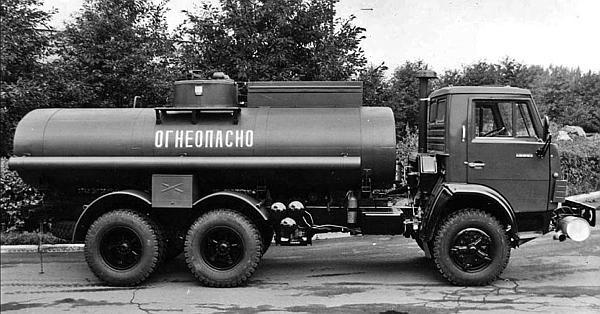 Автоцистерна АЦ-9-5320 на шасси КамАЗ-5320 для перевозки и раздачи топлива.